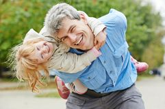 愉快的父亲和女儿户外 免版税图库摄影