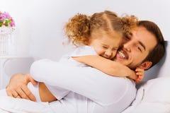 愉快的父亲和女儿迷人的画象  免版税库存图片