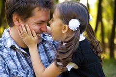 愉快的父亲和女儿 免版税图库摄影