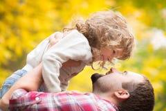 愉快的父亲和孩子在秋天 库存图片