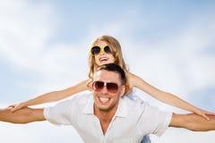 愉快的父亲和孩子太阳镜的在蓝天 免版税图库摄影