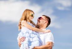 愉快的父亲和孩子太阳镜的在蓝天 免版税库存图片