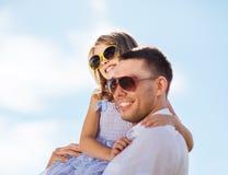 愉快的父亲和孩子太阳镜的在蓝天 免版税库存照片