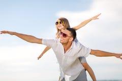 愉快的父亲和孩子太阳镜的在蓝天 库存照片