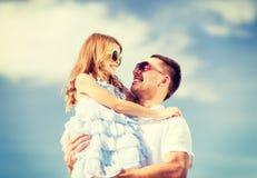 愉快的父亲和孩子太阳镜的在蓝天 图库摄影