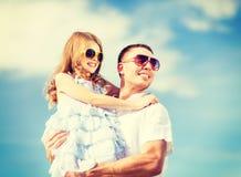 愉快的父亲和孩子太阳镜的在蓝天 库存图片