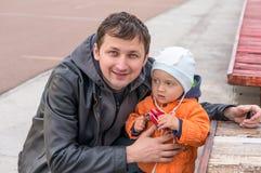 愉快的父亲和小使用在公园的男婴 免版税库存图片