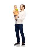 愉快的父亲和小儿子用绿色苹果 免版税库存照片