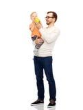 愉快的父亲和小儿子用绿色苹果 库存照片