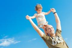 愉快的父亲和小儿童女孩户外 免版税库存照片