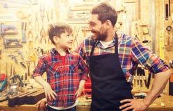 愉快的父亲和小的儿子车间 免版税图库摄影