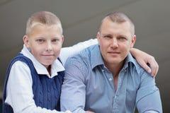 愉快的父亲和少年男孩画象  库存图片