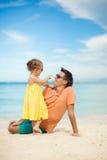 愉快的父亲和他可爱的矮小的女儿在 库存照片