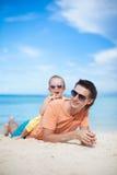 愉快的父亲和他可爱的矮小的女儿在 库存图片