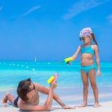 愉快的父亲和他可爱的矮小的女儿在 免版税库存照片