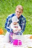 愉快的父亲和他可爱的矮小的女儿画象本质上 库存图片