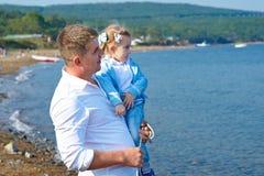 愉快的父亲和他的小女儿海滩的 图库摄影