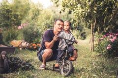 愉快的父亲容忍小的儿子孩子生活方式画象概念愉快的育儿 免版税库存图片