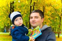 愉快的父亲拥抱他的儿子 库存图片