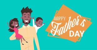 愉快的父亲节家庭假日、非洲人爸爸举行女儿和儿子平的贺卡 向量例证