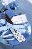 愉快的父亲节蓝色题材桌设置关闭  库存图片