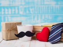 愉快的父亲` s天概念 礼物盒,一杯咖啡与musta的 免版税图库摄影