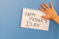 愉快的父亲` s天 一个小女孩祝贺她的爸爸 库存图片