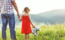 愉快的父亲` s天!有爸爸的儿童女孩自然的 免版税库存照片