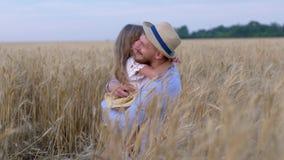 愉快的父权,获得乐趣和拥抱她心爱的年轻父亲的小的公平的孩子女孩微笑在远足期间在黄色 影视素材