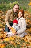 愉快的父母。父亲、母亲和小女儿 免版税图库摄影