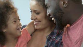 愉快的父母感到骄傲为他们的女儿,家庭周末一起,通信 股票视频