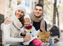 愉快的父母画象有孩子的在秋天 免版税库存图片