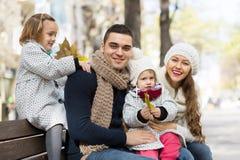 愉快的父母画象有孩子的在秋天 库存图片