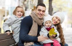 愉快的父母画象有孩子的在秋天 库存照片