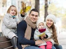 愉快的父母画象有孩子的在秋天 免版税图库摄影
