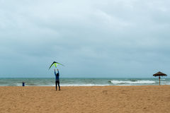 愉快的爸爸和女儿飞行风筝一起 免版税库存图片