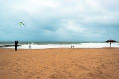 愉快的爸爸和女儿飞行风筝一起 免版税库存照片