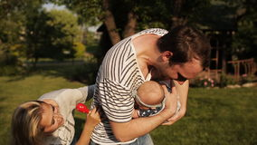 愉快的爸爸在公园投掷他的小女儿 股票视频