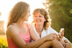 愉快的片刻一起-母亲和女儿 免版税库存照片