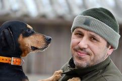 愉快的狗他的人 免版税库存照片
