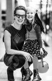 愉快的现代母亲和孩子在购物中心的万圣夜 免版税库存图片