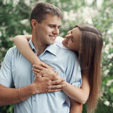 愉快的甜年轻微笑的夫妇画象在爱的 免版税库存图片
