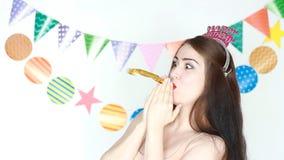 愉快的生日 女孩微笑和吹的垫铁 当事人 庆祝的装饰 少妇打击垫铁 影视素材