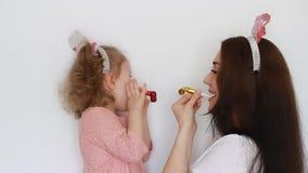 愉快的生日 当事人 母亲和女儿吹的垫铁,微笑,获得乐趣,笑并且庆祝, A妇女和她的孩子 股票录像