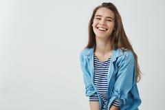 愉快的生活方式,福利概念 笑大声感觉的幸运的弱拍的迷人的无忧无虑的微笑的可爱的妇女 免版税图库摄影