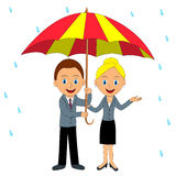 愉快的男人和妇女在伞下 库存图片