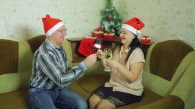 愉快的男人和妇女在家庆祝圣诞节与孟加拉蜡烛 股票视频