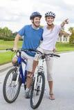 愉快的男人&妇女夫妇骑马自行车 免版税库存照片