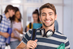 愉快的男学生在学院 免版税库存图片