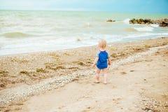愉快的男孩享有在夏天海滩的生活 免版税库存照片